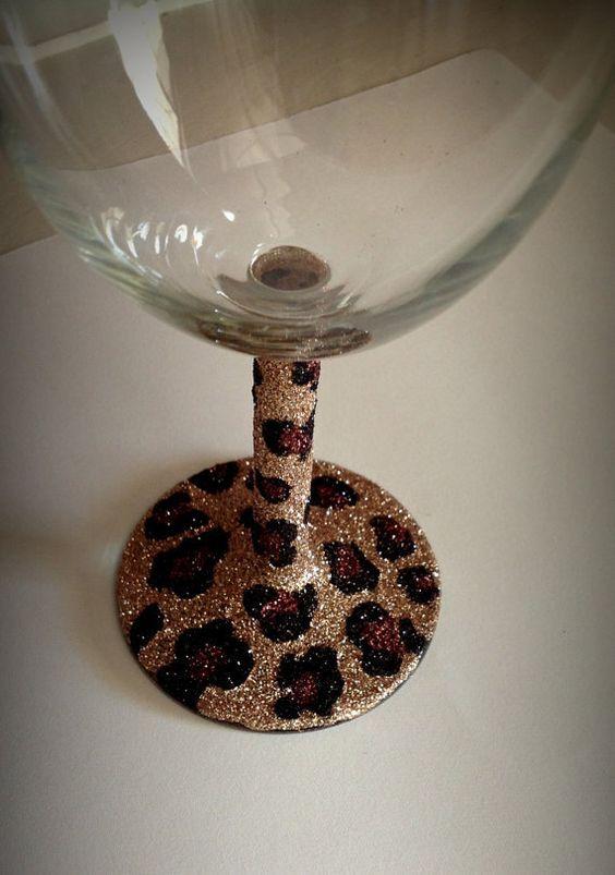 Wine glass glitter cheetah print: Adding this to my Christmas list!