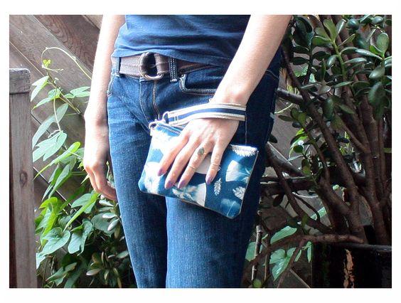 Original bracelet de tissu Cyanotype avec plume de dinde et Redwood motif--portefeuille avec photographie impression sur tissu par shatchdesigns sur Etsy https://www.etsy.com/fr/listing/455956928/original-bracelet-de-tissu-cyanotype