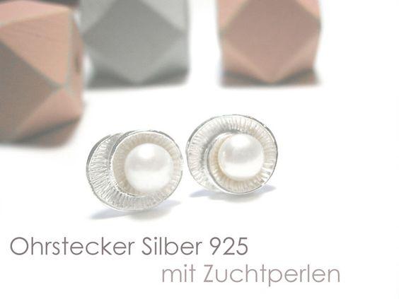 **Perlenohrstecker Silber** in Muschelform mit weißer Süßwasser Zuchtperle. Die Perlenohrstecker sind komplett aus Echt Silber 925 gefertigt und haben einen Durchmesser von ca. 12 mm. Die Perlen...