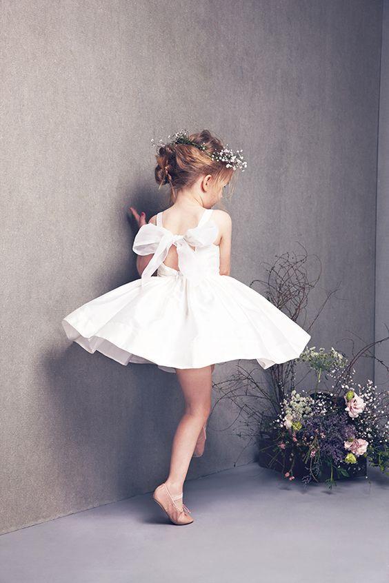 Dans un mariage, on craque toutes devant une petite demoiselle d'honneur et sa robe de princesse. <3