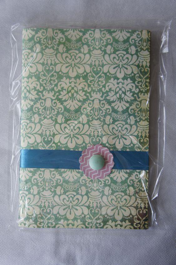 Cuaderno Verde con motivos clásicos y detalles en rosa y azul. Hecho a mano. Handmade. DIY.