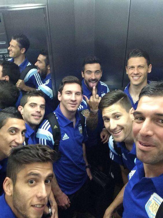Lionel Messi rêveur, Lavezzi déconneur (Selfie de l'Argentine) - http://www.actusports.fr/106449/lionel-messi-reveur-lavezzi-deconneur-selfie-largentine/