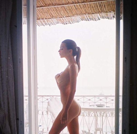 Instagram : Emily Ratajkowski pose nue, Caroline Receveur en lingerie...