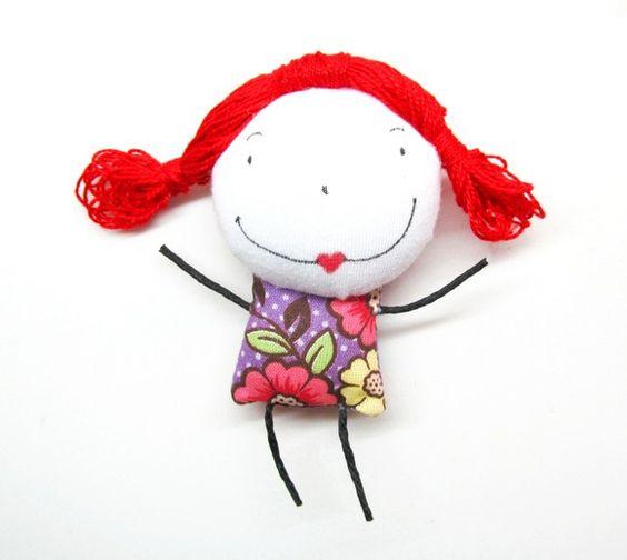 Betilda é uma bonequinha de pano cheia de personalidade! Adora mudar o visual, uma hora tá com cabelo azul, outra com cabelo verde, amarelo, laranja, e sempre com um modelito diferente! É muito divertida e Adora brincar! Pode ser chaveiro ou broche. R$18,00