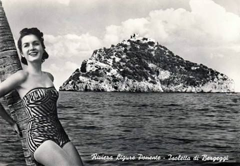 Cartolina souvenir di SPOTORNO con l'isola di BERGEGGI anno 1961