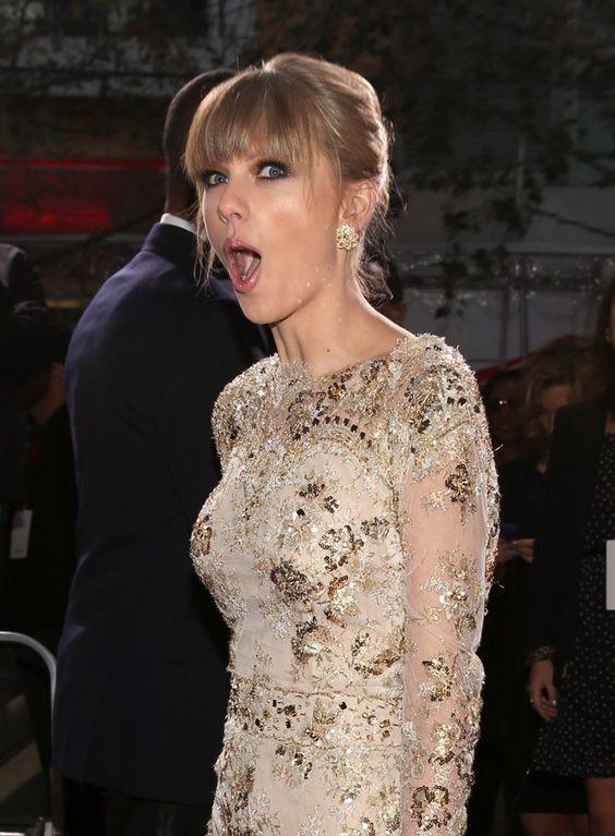 Pin for Later: Billboard ernennt Taylor Swift zur Frau des Jahres!  Diesen Fotografen hatte Taylor bei den AMAs im November 2012 wohl nicht erwartet.
