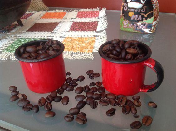Xícaras de ágata com grãos de café.