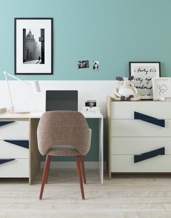 Color crea una característica de la pared calmante en tonos de verde azulado…