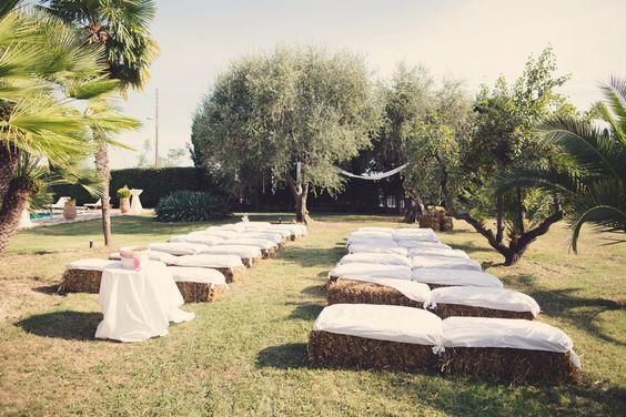 Cérémonie botte de paille.  Drapé blanc entre deux olivier avec ruban couleur pastel et fiole en verre pour une cérémonie champêtre.