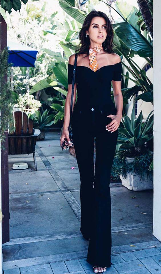 look all black calça flare e blusa decote ombro a ombro: