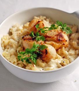 Pelez l'oignon et hachez-le. Dans une sauteuse posée sur feu doux, faites chauffer le 1/3 du beurre et l'huile. Mélangez bien, puis ajoutez l'oignon haché.   Dans une autre casserole, faites chauffer le bouillon qui doit rester chaud tout au long de la préparation du risotto.   Versez le riz dans la sauteuse et mélangez bien à l'aide d'une cuillère en bois, jusqu'à ce qu'il devienne translucide. Puis mouillez avec une louche de bouillon chaud. Remuez sans arrêt jusqu'à ce que le ri...