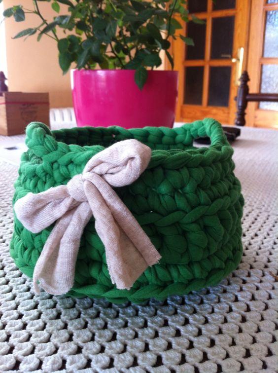 Cestita pequeña de ganchillo crochet con trapillo. Hecho por Ana Corberán