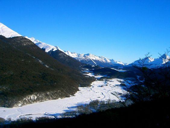 Essa foto mostra a beleza da Terra do Fogo na Argentina. A capital da província Ushuaia tem só 50 mil habitantes é a cidade mais ao sul do mundo e tem vários passeios para fazer. Quem conheceu recomenda. #ViagemLivre (: @pseudonanda)
