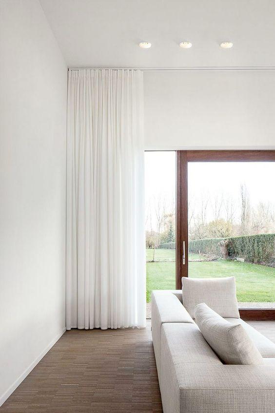 Enfärgade eller mönstrade, pampiga som faller tungt eller lättare som silar ljuset. Här är 15 exempel på vackra gardiner för ditt vardagsrum.