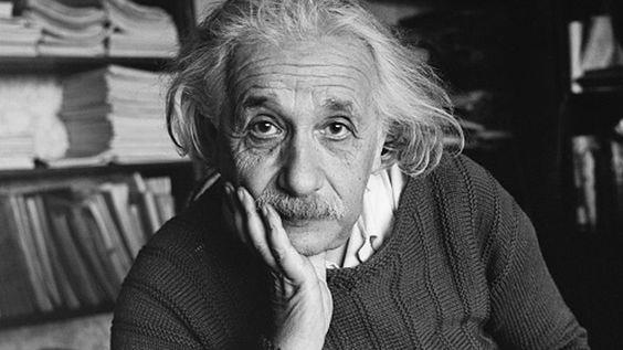 顎肘をついてこちらを見つめるアルベルト・アインシュタインの壁紙・画像