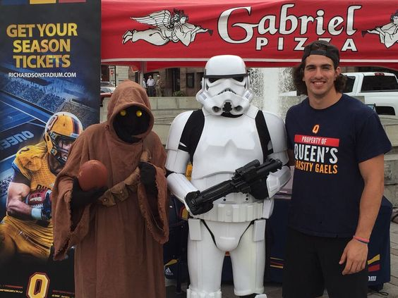 Queen's Gael Matteo Del Brocco is hanging out with some Star Wars fans at #MoviesInTheSquare in @DowntownKingston .  Join us at the @GabrielPizza tent for a chance to win some prizes. Star Wars - The Force Awakens starts tonight at 9pm!  #gaelsinyourcommunity