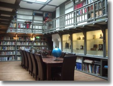Bibliotheek    De bibliotheek van de Stichting 'De Koepel' op sterrenwacht 'Sonnenborgh' bevat enkele duizenden boeken over amateursterrenkunde en professionele astronomie. Daarnaast boeken over ruimtevaart en weerkunde