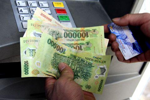 Mang theo một ít tiền mặt và thẻ ngân hàng
