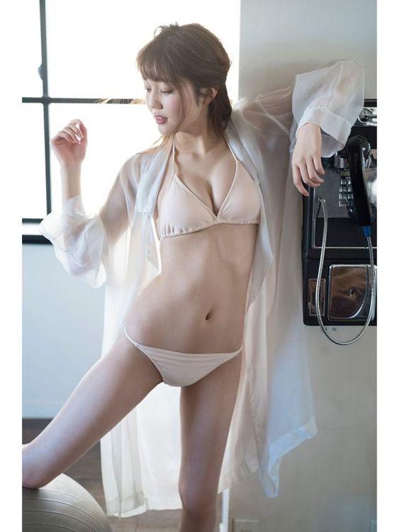 松川菜々花足を広げてセクシーポーズの画像