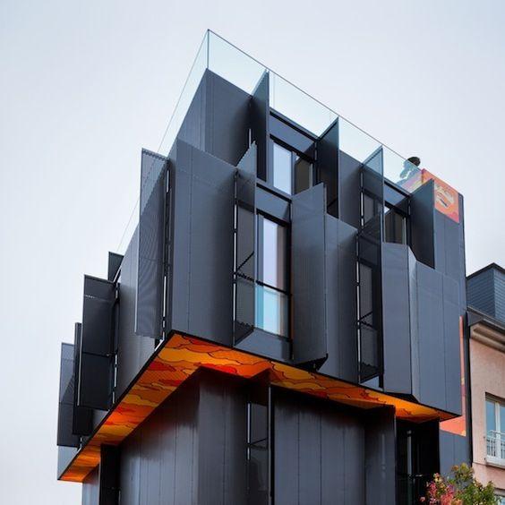 Dans la ville de Luxembourg, l'agence Metaform Architecture signe cet immeuble de 4 appartements.Monolithe sombre s'élevant sur 4 niveaux, il se distingue des constructions environnantes, tant par sa forme que par ses matériaux.