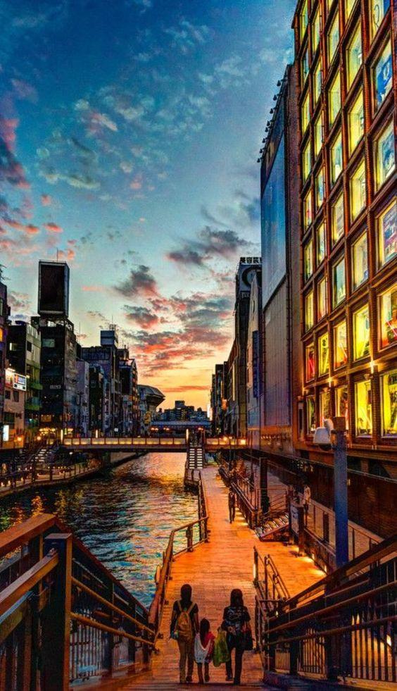 大阪・夕暮れの道頓堀