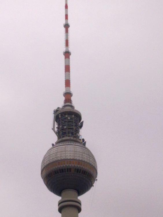 In luftiger Höhe reinigen professionelle Fassadenkletterer von außen die Fenster des Berliner Fernsehturms.