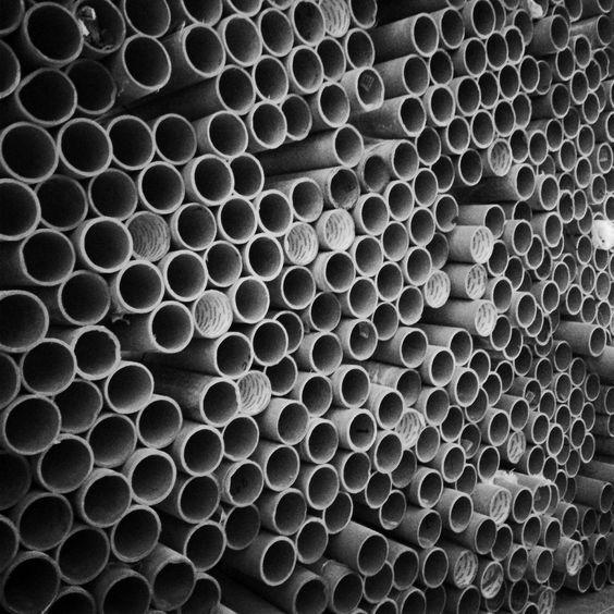 Galería - Reutilización de materiales en Guatemala: muro + mobiliario formado por 1600 tubos de cartón - 11