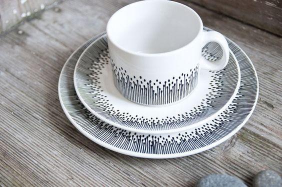 Handbemalte Teetasse, Unterteller und Teller im Set »somewhat angular« von RoomforEmptiness, €49.00