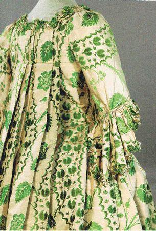 Robe à la française (détail). Vers 1755-1760. Lampas de soie broché, passementerie de soie.  Collections Galliera.