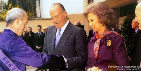 El Rey Juan Carlos y la Reina Sofía reciben de regalo un tambor para su nieta