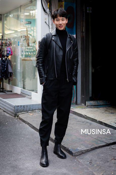 멋진 레더 재킷과 함께 매치한 올 블랙 캐주얼룩입니다.