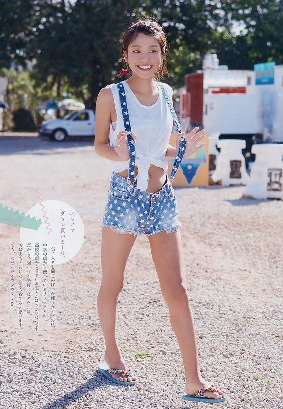 ラフな格好の岡副麻希の美人でかわいい画像
