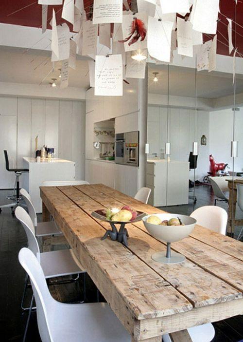 Esstische im Landhausstil mit Stühlen fürs Esszimmer - Rustikale Esstische hell holz hängelampen plastisch weiß lehnstühle