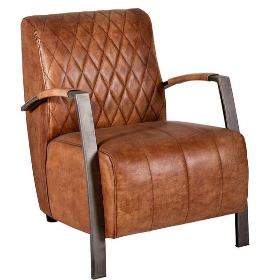 Beim niedrigen Clubman-Sessel im Vintage-Style wurde bewusst auf alle unnötigen Extras verzichtet, die dem einzigartigen Rindsleder die Show stehlen könnten. So kommt die erstklassige Qualität, die handgefärbte Optik und die markanten Steppnähte optimal zur Geltung.