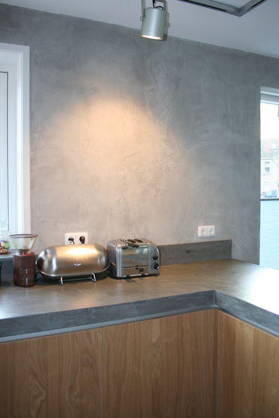 beton ciré op de achterwand van de keuken