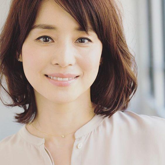ノーカラーのトップスの石田ゆり子