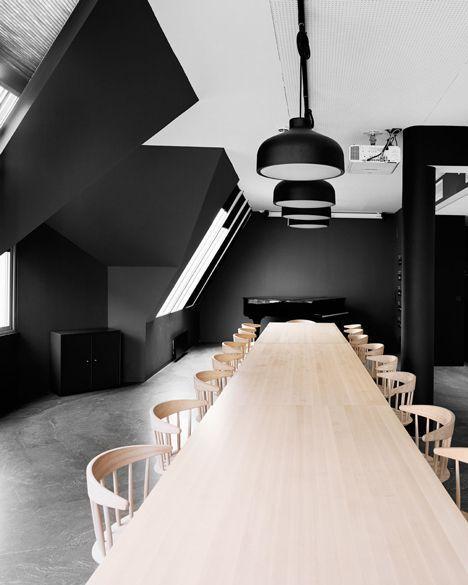 Blanco y negro en la sala de reuniones