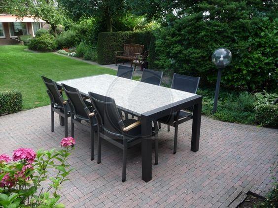Mooie donkere tuinset met licht granieten tafelblad inclusief aluminium stoelen