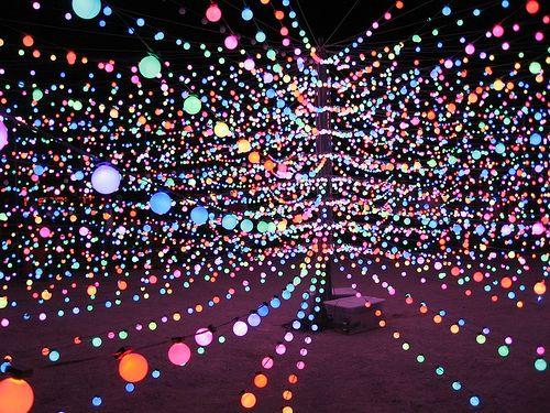 星雲のようなLEDライト・アート - The Big Round Cubatron   DDN JAPAN