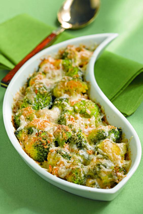 Broccoli al forno con la provola : Scopri come preparare questa deliziosa ricetta. Facile, gustosa e adatta ad ogni occasione. Questo contorno ha un tempo di preparazione di 50 minuti.