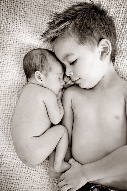 newborn pic. Great idea for a picture to do with my kalei and newborn baby girl or boy: