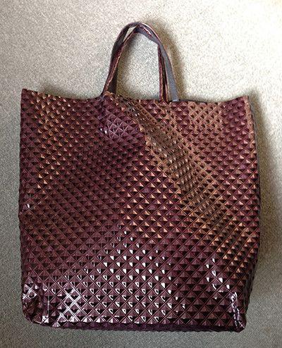 シンプルで大きめのトートバッグです。ビニール合皮の珍しい生地を使用しています。切りっぱなしでマチも底だけにしましたので間口は広々。内側にもあえてポケットはつけ...|ハンドメイド、手作り、手仕事品の通販・販売・購入ならCreema。