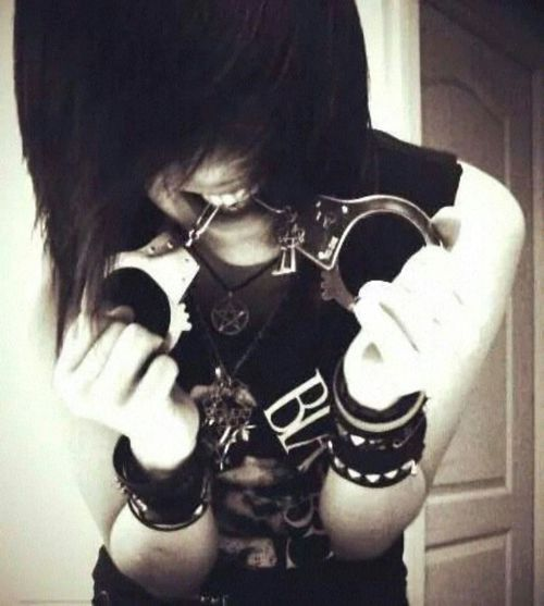 Omfg He Is Wearing A Bvb Shirt And Holding Handcuffs I Love This Sooo Much Hot Emo Boys Hot Emo Guys Cute Emo Boys