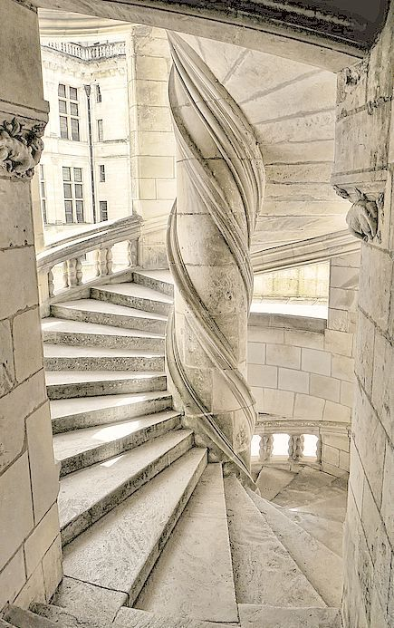 escaliers du chateau de chambord france l 39 escalier circulaire central du ch teau de chambord. Black Bedroom Furniture Sets. Home Design Ideas