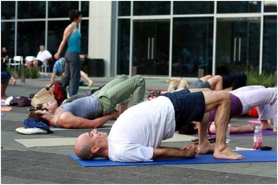 Questo è noto anche come posa ponte. Sdraiatevi sulla schiena e piegare le ginocchia in modo tale che i piedi si trovano sul pavimento. Ora la distanza tra i piedi e glutei dovrebbe essere lo stesso come le vostre mani. Si può prendere la misura delle vostre mani mettendo le mani al tuo fianco. Ora, provate a sollevare il corpo nella direzione verso l'alto. Prova a fare questo 5-10 volte e poi rilasciarlo. Questo asana dà un buon massaggio alle cosce e parte bassa della schiena.