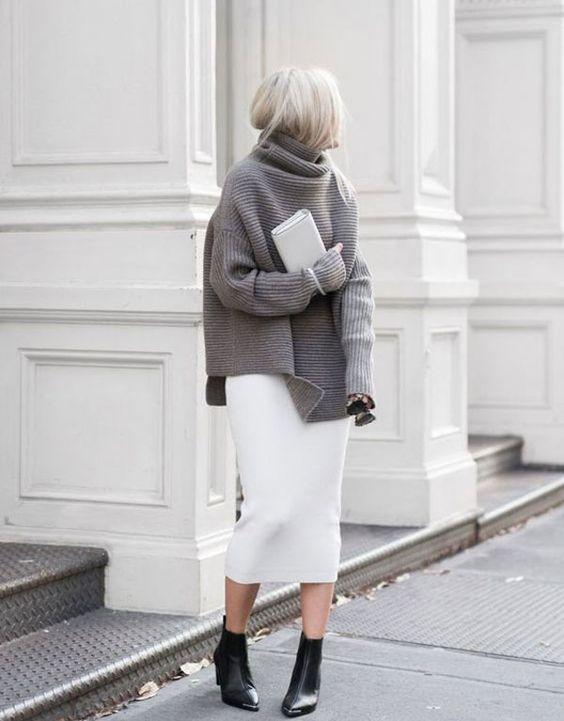 Look com saia midi combinada com maxi tricot e bota preta.