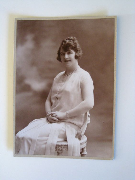 1920s photo portrait of young lady Flapper era by Histoires