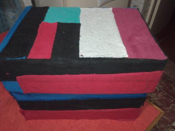 Caja forrada en tela terminada para guardar cosas.