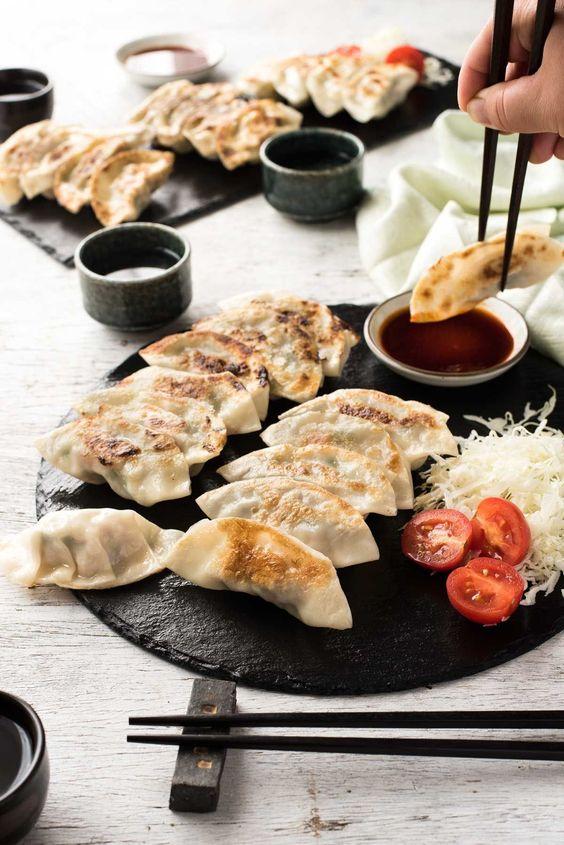 Món ăn gồm có thịt lợn, bắp cải và nấm. Khi ăn, chấm cùng nước xốt xì dầu cay.
