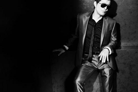 光っているスーツを着てサングラスをかけた矢沢永吉の画像